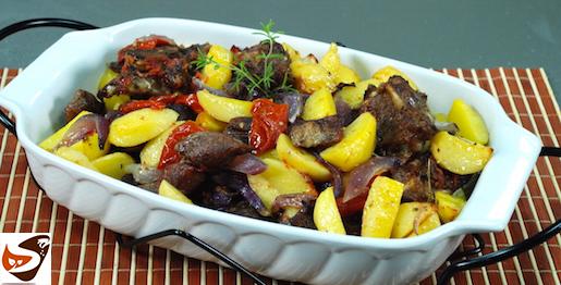 Agnello al forno con patate, cipolla e pomodori