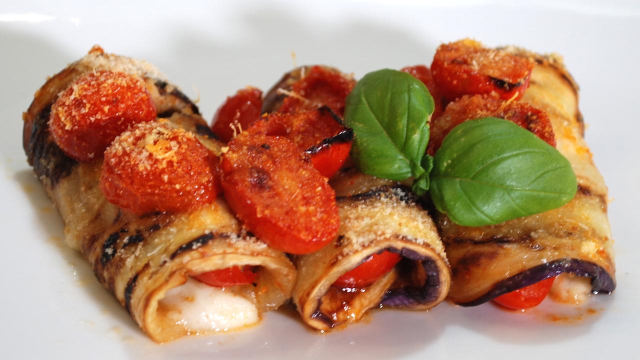 Involtini di melanzane, con pomodorini e mozzarella – Velocissimi e buonissimi – Antipasti veloci